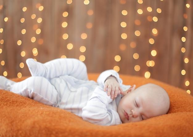 Tranquillo bambino sdraiato su un letto mentre dorme