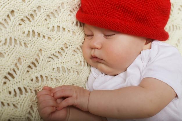 Bambino tranquillo sdraiato su un letto mentre dorme