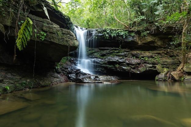 Tranquilla cascata kura con la sua atmosfera serena rinfrescante buca per nuotare nella superficie liscia dell'isola di iriomote