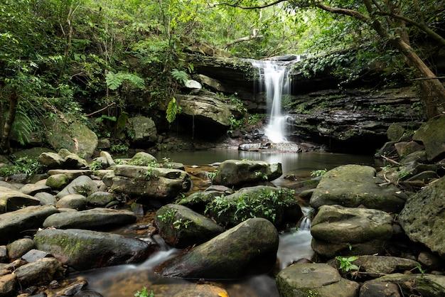 Tranquilla cascata kura con la sua atmosfera serena circondata da foreste e bellissime rocce isola di iriomote