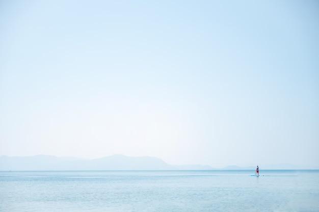 Tranquillo paesaggio marino con cielo azzurro in riva al mare