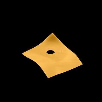 Paci di formaggio giallo che volano su un nero