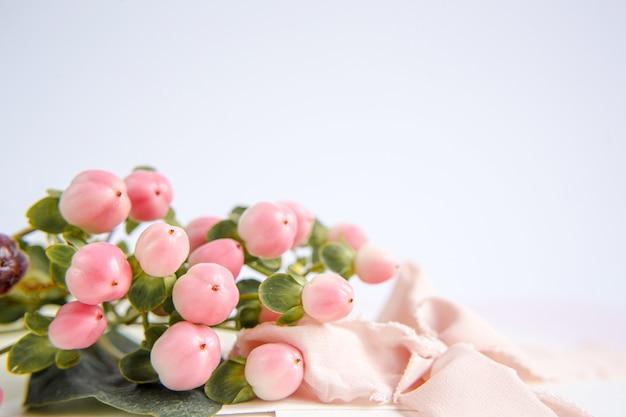 Fiori di pesco su uno sfondo viola con un nastro di seta color pesca. fiori bianchi e rosa. immagine macro. posto per il testo. biglietto d'auguri. festa della mamma.