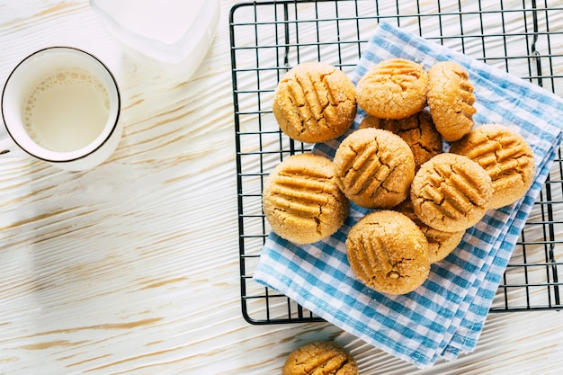 Biscotti al burro di arachidi su una griglia nera cottura fatta in casa