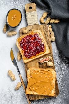 Burro di arachidi e gelatina su pane bianco toast