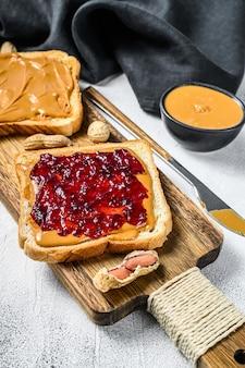 Burro di arachidi e gelatina su toast di pane bianco