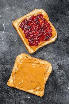 Burro di arachidi e gelatina su pane bianco