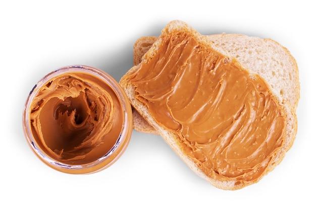 Panino al burro di arachidi e arachidi su sfondo bianco