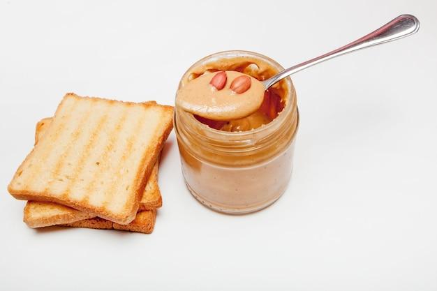 Panini al burro di arachidi o toast su sfondo bianco.