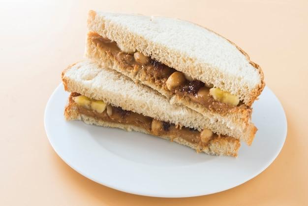 Burro di arachidi con pane e marmellata di lamponi