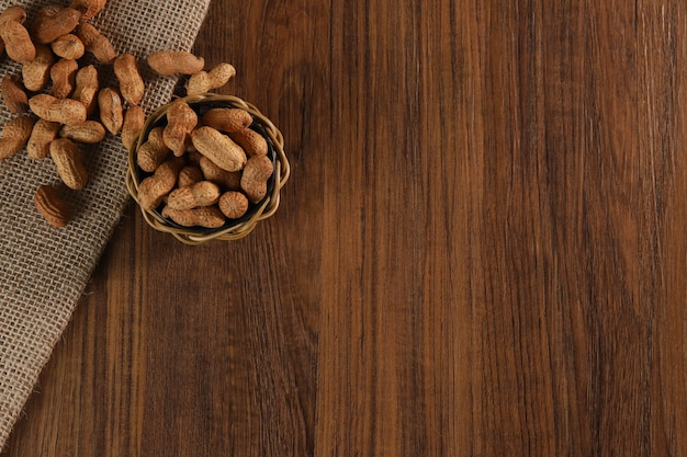 Composizione di arachidi che serve per fare olio, burro di arachidi. ottimo per un'alimentazione sana e dietetica. concetto di: condimenti, frutta secca, cibo. vista dall'alto.