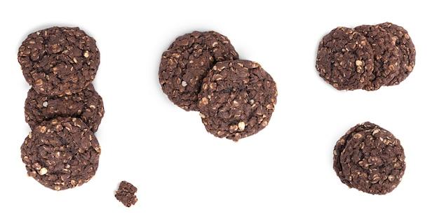 Biscotti di arachidi isolati su sfondo bianco