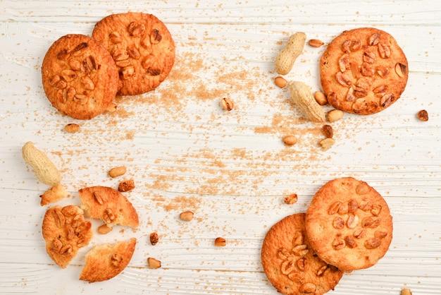 Biscotti di arachidi sul tavolo di legno con zucchero