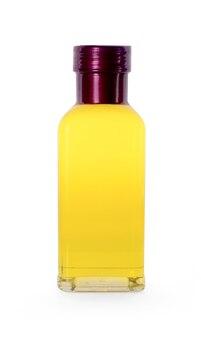 Olio di arachidi in una bottiglia su sfondo bianco.