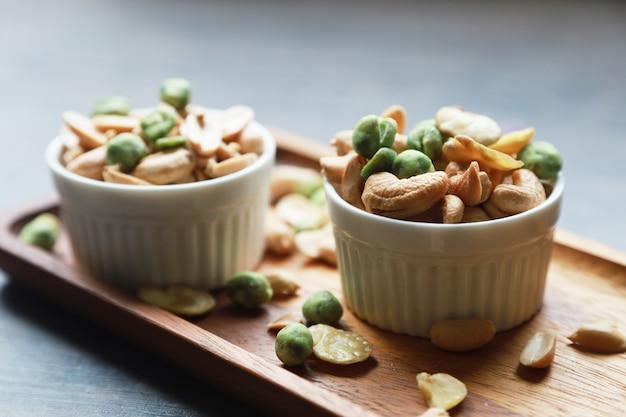 Arachidi e anacardi secchi e molte altre noci insieme a snack che forniscono un alto valore nutrizionale.