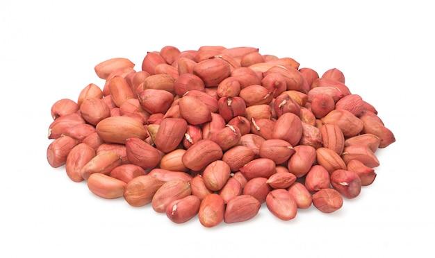 Gruppo di arachidi isolato su sfondo bianco