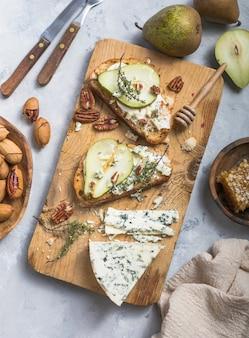 Pera, gorgonzola, panini al timo