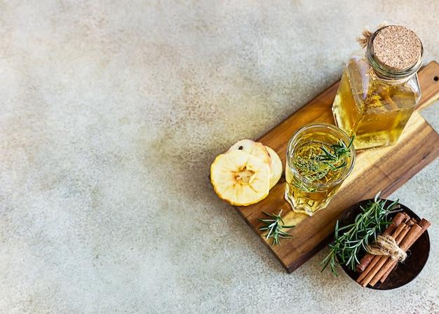 Cocktail di sidro di pere con rosmarino