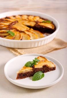 Fetta di torta al cioccolato ricoperta di pera