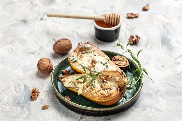 Pera con gorgonzola, noci e miele. cucina francese. deliziosa colazione o spuntino, cibo pulito, dieta, concetto di cibo vegano. vista dall'alto.