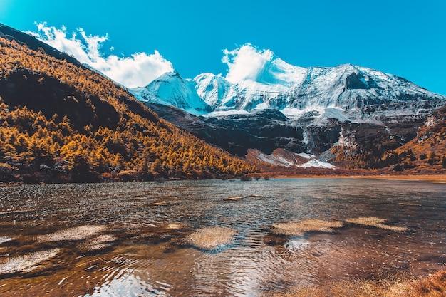 Pearl lake o zhuoma la lake e snow mountain in autunno nella riserva naturale di yading