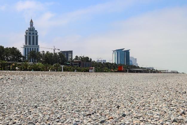Spiaggia di ciottoli sul mar nero a batumi, georgia