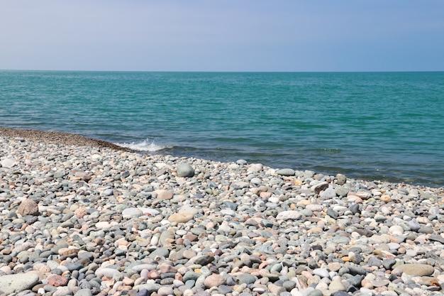 Spiaggia di ciottoli del mar nero