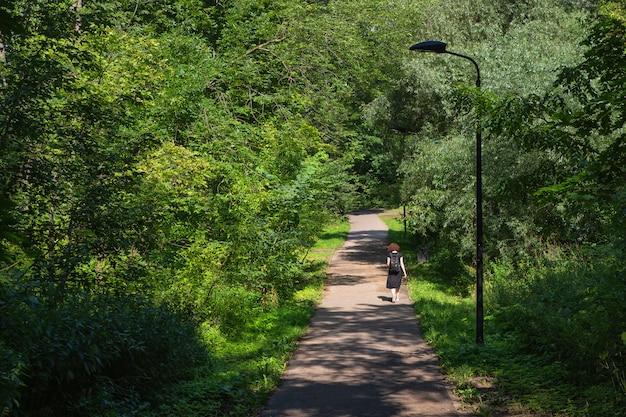 Vicolo pedonale nel verde parco di mosca sulle colline di sparrow