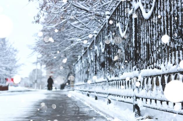 Marciapiede pedonale la recinzione invernale