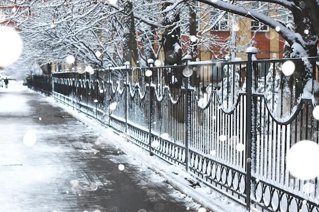 Marciapiede pedonale la recinzione inverno