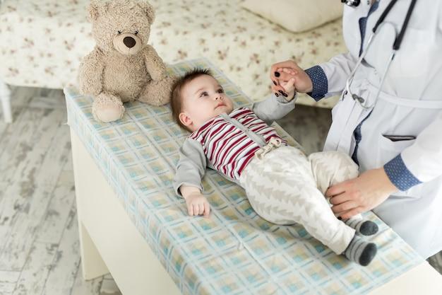 Neonato d'esame del pediatra
