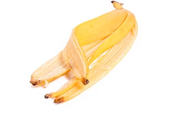 Sbucciare da una banana su uno sfondo bianco