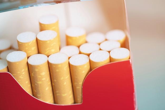 Staccalo pacchetto di sigarette prepara fumando una sigaretta.