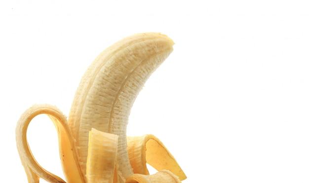 Banana sbucciata su fondo bianco