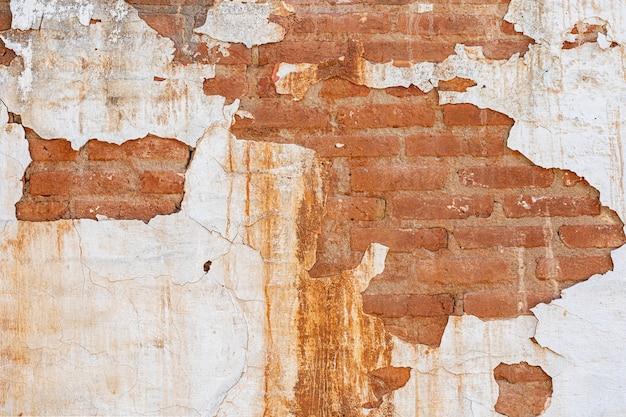 Muro sbucciato, mattoni, struttura della parete, può essere utilizzato come sfondo. texture di mattoni con graffi e crepe.