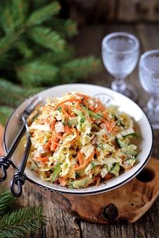Insalata di cavolo alla pechinese, cetriolo, carota e petto di pollo affumicato con salsa allo yogurt.