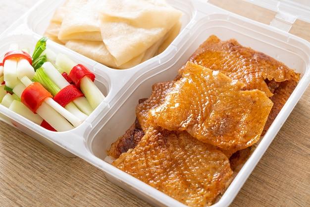 Anatra alla pechinese nella scatola di consegna - stile alimentare cinese