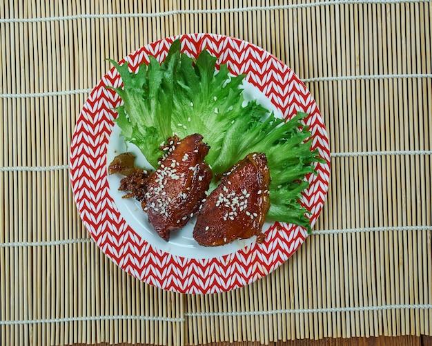 Costolette di maiale alla pechinese - jing du pork, braciola di maiale in agrodolce, piatto