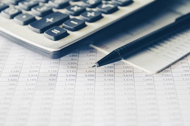 Penna e calcolatrice sulla relazione contabile, affari e concetto finanziario.