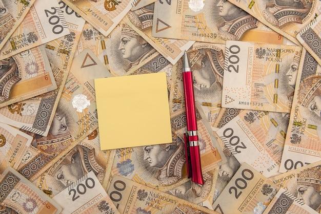 Penna e blocco note vuoto sulla valuta polacca. concetto di business