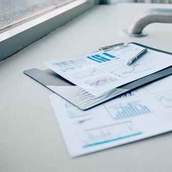 Penna e documenti finanziari sul desktop in ufficio