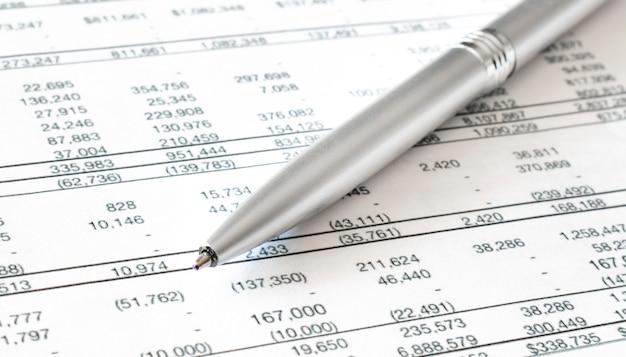 Penna su documenti finanziari. concetto di affari. disponibilità finanziaria
