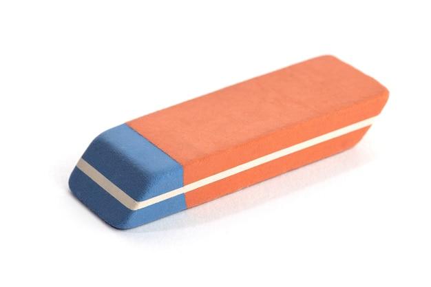 Gomma per inchiostro della penna isolata sulla superficie bianca