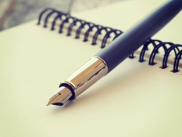 Penna e quaderno vecchio stile vintage retrò