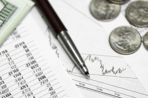 Penna su carta con le quotazioni dei prezzi e grafici le dinamiche del loro cambio e monete