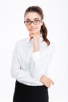 Penosa piuttosto giovane donna d'affari con gli occhiali in piedi e pensando