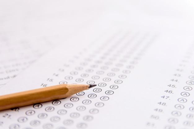 Matita su fogli di risposta o modulo di test standardizzato con risposte gorgogliate. foglio di risposta a scelta multipla