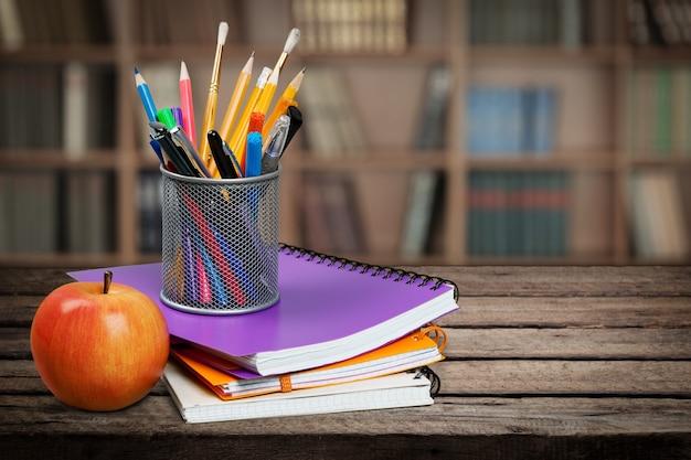 Portapenne con materiale scolastico