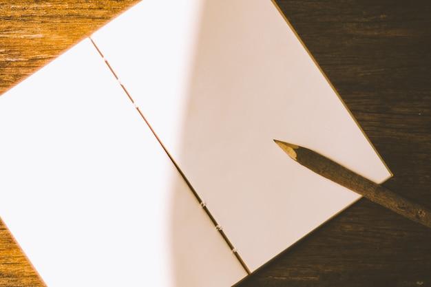 Una matita su un pezzo di carta bianca pulita.