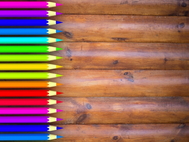 Colore della matita sulla tavola di legno